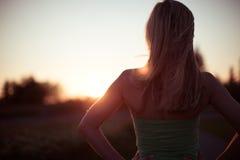Junges dünnes blondes Frauenschattenbild im Sonnenuntergang Lizenzfreie Stockfotografie
