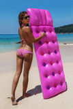 Junges dünnes Frau sunbath mit Luftmatraze auf tropischem Strand lizenzfreies stockbild