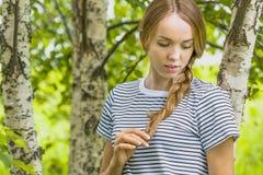 Junges dünnes Mädchen in einer Birkenwaldung Lizenzfreies Stockbild