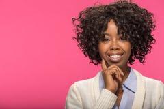 Junges denkendes Gesichtsporträt der schwarzen Frau Stockbilder