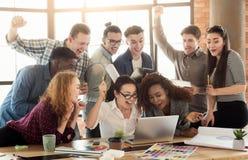 Junges Designerteam, das Erfolg im Büro genießt lizenzfreie stockfotos