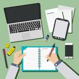 Junges Designteam, das am Schreibtisch auf grünem Hintergrund arbeitet Stockfotos