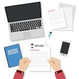 Junges Designteam, das am Schreibtisch auf weißem Hintergrund arbeitet Lizenzfreie Stockbilder
