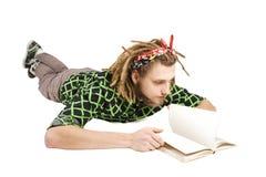 Junges dreadlock Mann-Lesebuch getrennt lizenzfreies stockbild