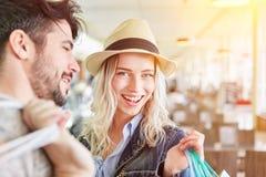 Junges Einkaufen des glücklichen Paars im Mall stockfotos