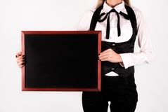 Junges elegantes Mädchen, das an Bord leere Zeichnungstafel in den Händen und Raum für Text hält stockfotografie
