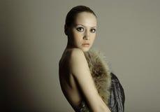Junges elegantes Mädchen mit Pelzmantel Stockfotos