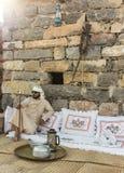 Junges Emirati-Mannsitzen Stockfotos
