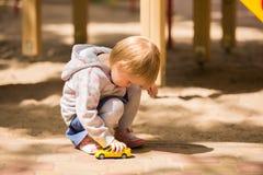Junges entzückendes nettes Baby, das im Park spielt lizenzfreies stockbild