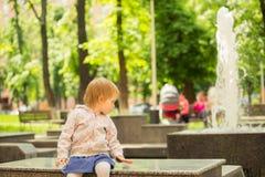 Junges entzückendes nettes Baby, das im Park spielt stockfotografie