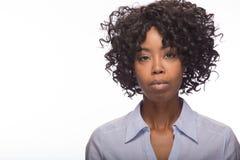 Junges ernstes Gesichtsporträt der schwarzen Frau Lizenzfreies Stockfoto