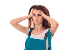 Junges ernstes Mädchen in der Klage hält die Hände hinter dem Kopf und blickt in Richtung Lizenzfreies Stockfoto