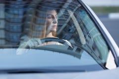 Junges erwachsenes Blondineautofahren Stockfotografie