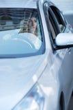 Junges erwachsenes Blondineautofahren Lizenzfreie Stockbilder