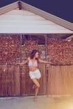 Junges erwachsenes Mädchen, das draußen weg schaut Stockbild