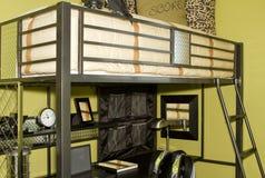 Junges erwachsenes Schlafzimmer mit Kojebett Lizenzfreie Stockfotografie