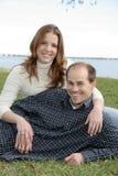 Junges erwachsenes verheiratetes Paar im Park stockbilder