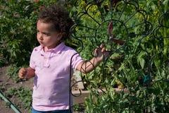Junges ethnisches Mädchen im Garten Stockfotos