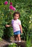 Junges ethnisches Mädchen im Garten Lizenzfreies Stockbild