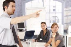 Junges führendes Geschäftstraining des Büroangestellten Stockfoto