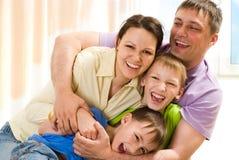 Junges Familienspaßspielen lizenzfreies stockfoto