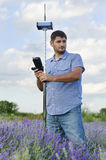 Junges Feldmesser, das auf einem Lavendelgebiet arbeitet Stockbild