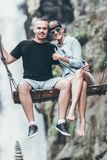 Junges Flitterwochenpaar schwingt im Dschungel nahe dem Wasserfall, Bali-Insel, Indonesien Ubud lizenzfreies stockbild