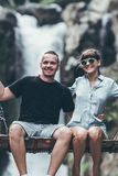 Junges Flitterwochenpaar schwingt im Dschungel nahe dem Wasserfall, Bali-Insel, Indonesien Ubud Stockfotografie