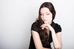 Junges freundliches Brunettelächeln Porträt einer jungen überzeugten Frau, stockbild