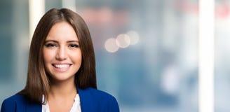 Junges freundliches lächelndes Frauenporträt Lizenzfreies Stockbild