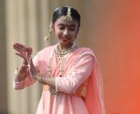 Junges gebürtiges indisches Mädchen tanzt am Festival lizenzfreie stockbilder