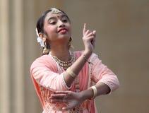 Junges gebürtiges indisches Mädchen tanzt am Festival stockfoto