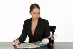 Junges Geschäftsfrau-balancierendes Scheckheft Lizenzfreies Stockbild
