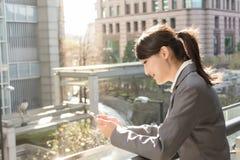 Junges Geschäftsfrau-Gebrauchsmobiltelefon Stockfotos