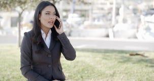 Junges Geschäftsfrau-Talking On Her-Telefon stock video