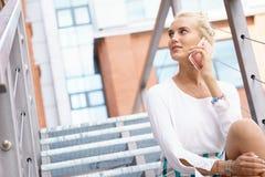 Junges Geschäftsfrau-Talking On Her-Telefon Lizenzfreie Stockfotos