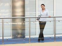 Junges Geschäftsfraubürolächeln Lizenzfreie Stockbilder
