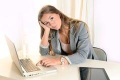 Junges Geschäftsfraubohren bei der Arbeit Lizenzfreies Stockfoto