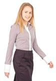 Junges Geschäftsfraugehen Lizenzfreie Stockfotos
