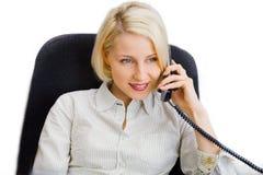 Junges Geschäftsfraugespräch am Telefon lizenzfreie stockbilder
