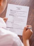 Junges Geschäftsfraulesecurriculum vitae lizenzfreies stockbild