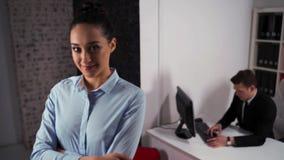 Junges Geschäftsfrauporträt in einer Bürolobby mit Mannangestelltem stock video