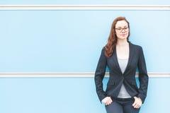 Junges Geschäftsfrauporträt gegen einfachen Hintergrund stockfoto