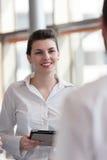 Junges Geschäftsfrauporträt im Büro Lizenzfreies Stockbild