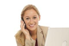 Junges Geschäftsmädchen, das Handy verwendet lizenzfreies stockfoto
