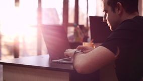 Junges Geschäftsmannonline-banking unter Verwendung des Smartphone, der online mit Kreditkarte am Bürolebensstil kauft Tastatur u stock video footage
