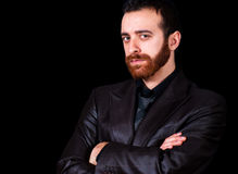 Junges Geschäftsmannporträt auf einem schwarzen Hintergrund Lizenzfreie Stockfotografie