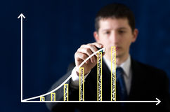 Junges Geschäftsmannzeichnungsdiagramm stockfotografie