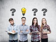 Junges Geschäftsteam, -fragen und -birne lizenzfreie stockbilder