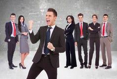 Führerschreien der Freude vor seinem erfolgreichen Team Lizenzfreie Stockbilder